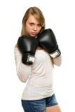Junge Frau, die mit Boxhandschuhen aufwirft Stockfotografie