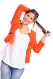 Junge Frau, die mit dem Haar steht und spielt stockbild