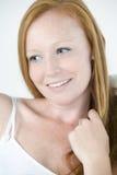 Junge Frau, die mit dem roten Haar sich entspannt Stockfoto