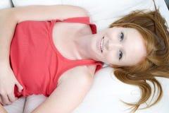 Junge Frau, die mit dem roten Haar sich entspannt Lizenzfreie Stockfotos