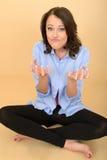 Junge Frau, die mit den Händen unterhaltendes lustiges ist Stockbilder