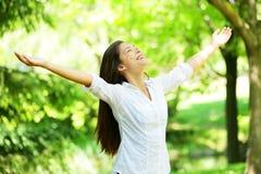 Junge Frau, die mit den offenen Armen meditiert Stockfoto