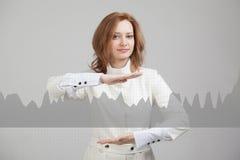 Junge Frau, die mit Diagrammdiagramm arbeitet Zukünftige Technologien für Geschäft, Börsekonzept Lizenzfreies Stockfoto
