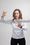 Junge Frau, die mit Diagrammdiagramm arbeitet Zukünftige Technologien für Geschäft, Börsekonzept stockfoto