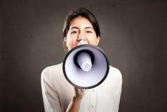 Junge Frau, die mit einem Megaphon schreit Lizenzfreie Stockbilder