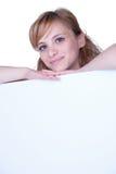 Junge Frau, die mit einem Plakat aufwirft Lizenzfreie Stockfotos