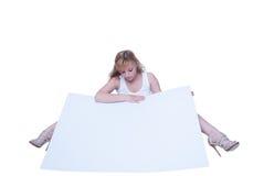 Junge Frau, die mit einem Plakat aufwirft Stockfotografie