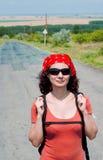 Junge Frau, die mit einem Rucksack reist Stockbilder