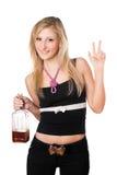 Junge Frau, die mit einer Flasche aufwirft Stockbild