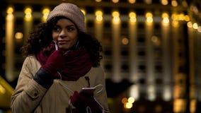 Junge Frau, die mit Freund über Telefon durch Kopfhörer, Kommunikation spricht stockbild