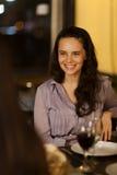 Junge Frau, die mit Freunden lacht Lizenzfreie Stockfotos