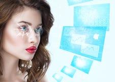 Junge Frau, die mit futuristischen intelligenten Gläsern schaut Stockfotos