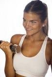 Junge Frau, die mit Gewichtlächeln übt Lizenzfreie Stockfotos