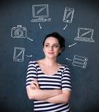 Junge Frau, die mit gezogenen Geräten um ihren Kopf denkt Lizenzfreie Stockfotografie