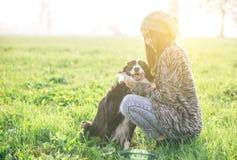 Junge Frau, die mit Hund spielt Stockfoto