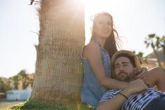 Junge Frau, die mit ihrem Freund außerhalb weg schauen sich entspannt Stockfotos