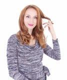 Junge Frau, die mit ihrem Haar spielt lizenzfreie stockfotos