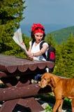 Junge Frau, die mit ihrem Hund reist Stockbild