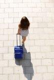 Junge Frau, die mit Koffer geht Lizenzfreies Stockfoto