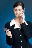 Junge Frau, die mit Kreditkarte durch Telefon zahlt Lizenzfreies Stockbild
