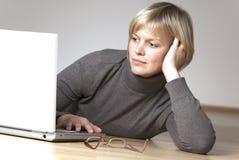Junge Frau, die mit Laptop arbeitet Lizenzfreies Stockbild