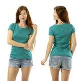 Junge Frau, die mit leerem grünem Hemd aufwirft Stockbild