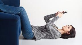 Junge Frau, die mit Mobiltelefon texting ist Stockfotos