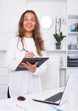 Junge Frau, die mit Ordner mit Dokumenten steht Lizenzfreie Stockbilder
