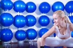 Junge Frau, die mit pilates Kugel trainiert Lizenzfreies Stockfoto