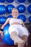 Junge Frau, die mit pilates Kugel trainiert Lizenzfreie Stockfotos
