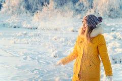 Junge Frau, die mit Schnee Winter im Freien spielt stockbilder