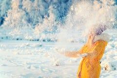 Junge Frau, die mit Schnee Winter-Lebensstil im Freien spielt Stockbilder