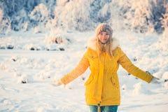 Junge Frau, die mit Schnee Winter-Lebensstil im Freien spielt lizenzfreies stockbild