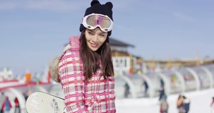 Junge Frau, die mit Snowboard geht stock footage