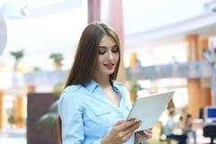 Junge Frau, die mit Tablette im Büro arbeitet lizenzfreie stockfotografie