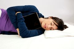 Junge Frau, die mit Tablettecomputer schläft Stockfotografie