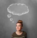 Junge Frau, die mit Wolke über ihrem Kopf gestikuliert Lizenzfreie Stockfotos