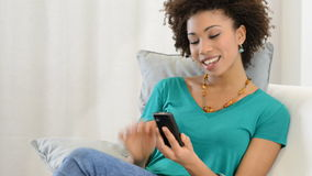 Junge Frau, die Mobiltelefon betrachtet stock footage