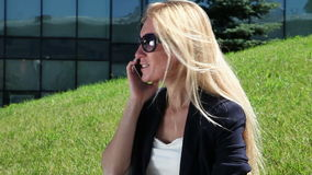 Junge Frau, die am Mobiltelefon spricht stock footage