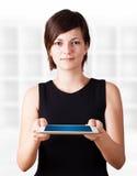 Junge Frau, die moderne Tablette betrachtet Lizenzfreie Stockbilder
