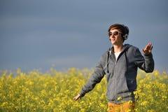 Junge Frau, die Musik in den Kopfhörern im Freien genießt Lizenzfreie Stockfotografie