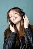 Junge Frau, die Musik hört Stockfoto