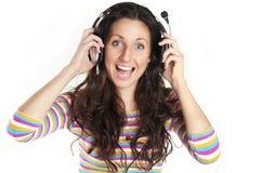 Junge Frau, die Musik hört Stockbilder