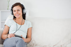 Junge Frau, die Musik hört Stockfotos