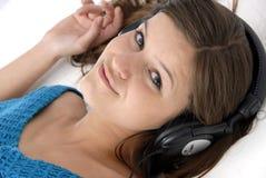 Junge Frau, die Musik hört Lizenzfreies Stockfoto