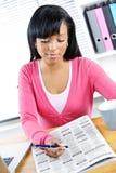 Junge Frau, die nach Job sucht Lizenzfreie Stockfotografie
