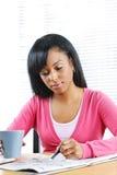 Junge Frau, die nach Job sucht Stockfoto