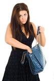 Junge Frau, die nach smth in ihrem Beutel sucht Lizenzfreies Stockfoto