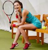 Junge Frau, die nach Tennistraining stillsteht Lizenzfreies Stockbild