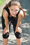 Junge Frau, die nachdem dem Laufen sich entspannt Lizenzfreies Stockfoto
